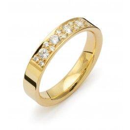 Stilfull förlovningsring/vigselring i 18k rödguld från Flemming Uziel i serien Signo. Ringens diamanter infattar  totalt 0,34ct Wesselton SI . Ringen är 4,0mm bred och 1,8mm hög.   Välj Colorful Love, en 0,01ct färgad diamant som infattas tillsammans med ringarna inskription (på insidan).