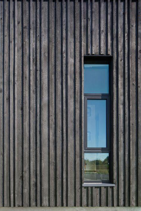 Vertikale Holzverschalung schwarzmit Fenster Detail