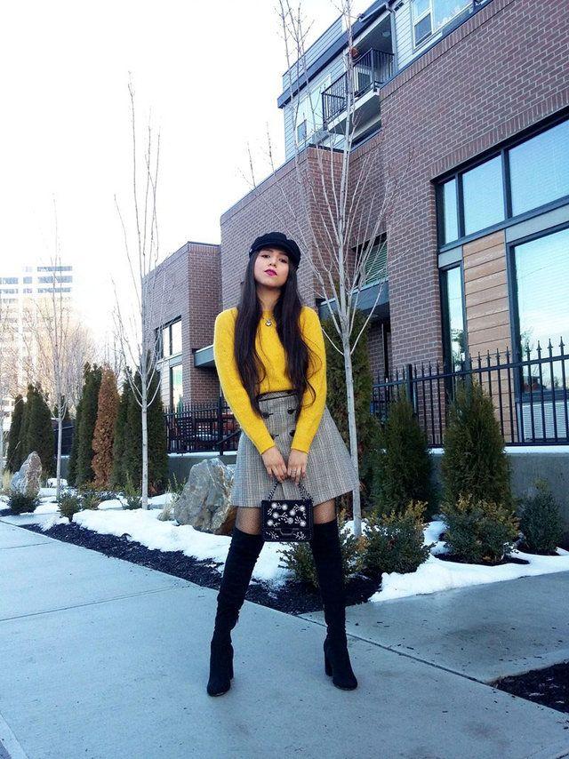 Para estas tardes nubladas de invierno es muy favorable  usar colores vibrantes, como muestra este suéter en color amarillo mostaza, es muy calientito y confortable. Lo hemos combinado con una falda de cuadros Príncipe de Gales, el estampado tendencia de la temporada, y  añadimos unas botas XL.