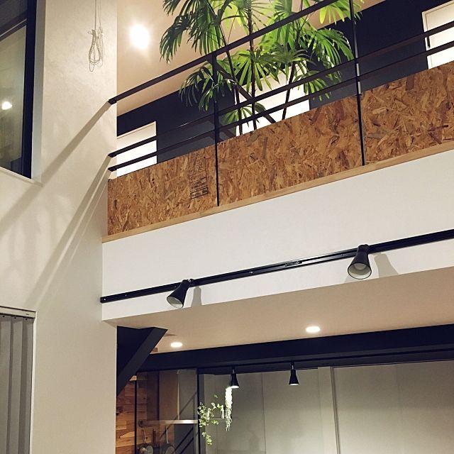 部屋全体 黒天井 黒壁 Osb合板 吹き抜けのある家 などのインテリア