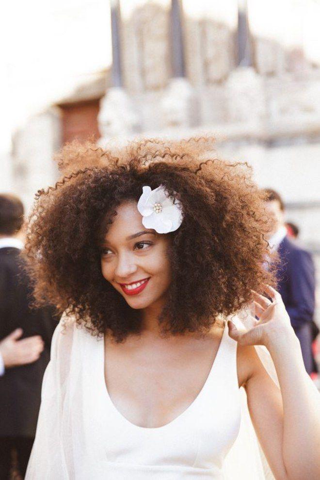 Penteado com flor para noiva de cabelo cacheado ou crespo