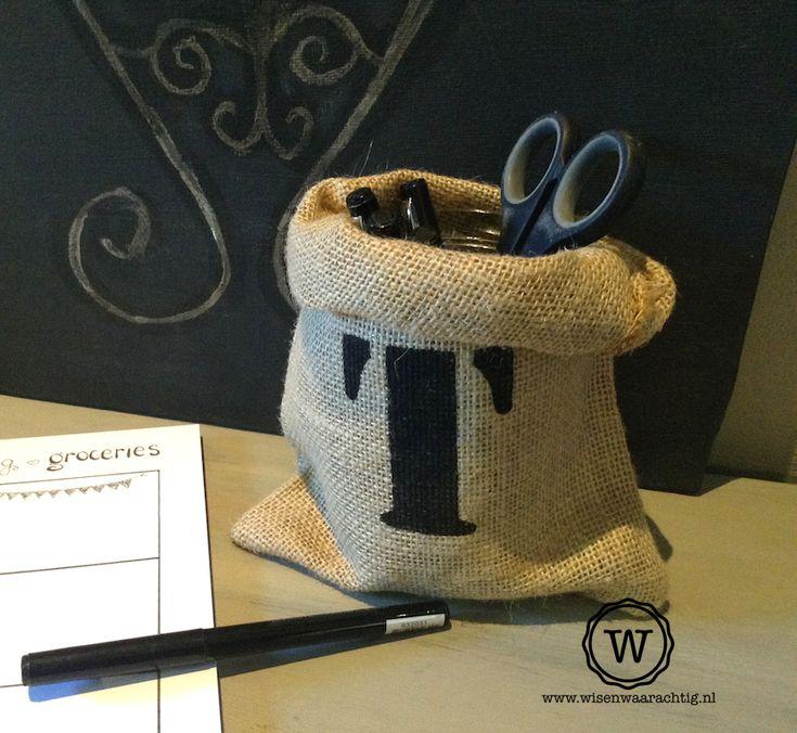 persoonlijk #pennenbakje met letter. Gemaakt van een jute zak bedrukt met letter via Wis en Waarachtig.