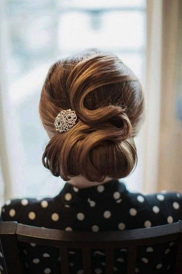 Are you a big fan of the vintage updo hairstyles? So am I!!! I believe nobody can resist its glamorous and charm. Today, we are going to provide you a gallery of dainty vintage updo hairstyles to bring you back into the tasteful 70s image.     When used for the wedding hair, the vintage[Read the Rest]