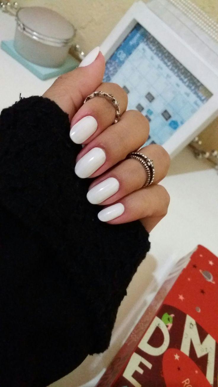 Unhas arredondadas cor branca.