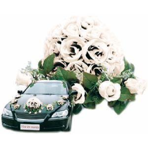 Mooie witte rozen voor de auto bij een bruiloft. Op www.shopwiki.nl #trouwen
