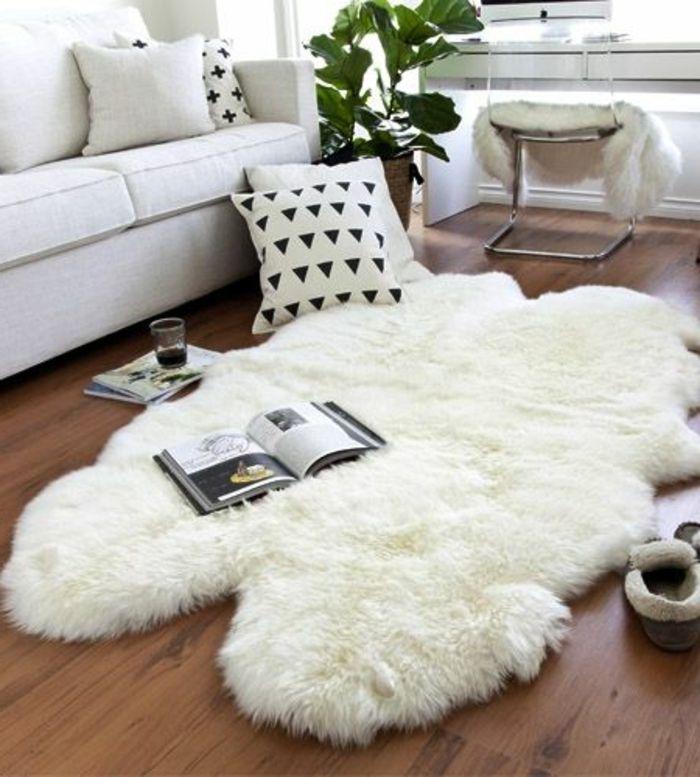 décoration intérieure salon, parquet en bois, canapé blanc, tapis en fausse fourrure