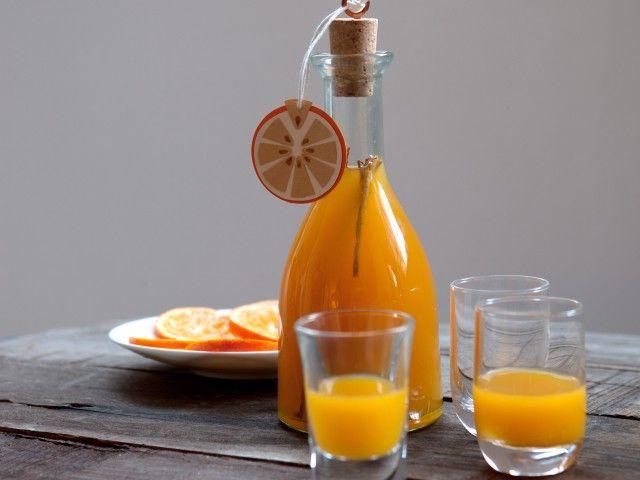 LIQUORE ALL'ARANCIA SPEZIATO Un liquore dal gusto speziato che dura per oltre 6 mesi ed è perfetto da servire durante le feste
