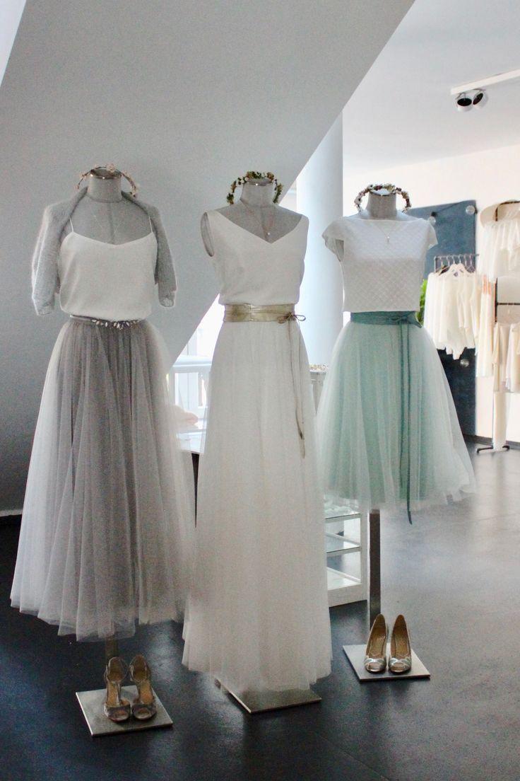 Moderne, kurze Brautkleider mit schlichtem Braut-Top und kurzem Tüllrock, …   – Brautkleider, Hochzeitskleider, Zweiteiler und Spitzentops