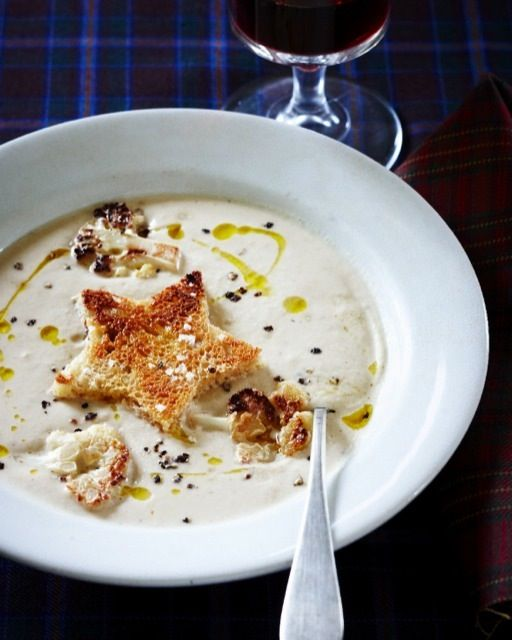 Blumenkohlsuppe mit Sternendeko als Vorspeise für ein weihnachtliches Festmahl