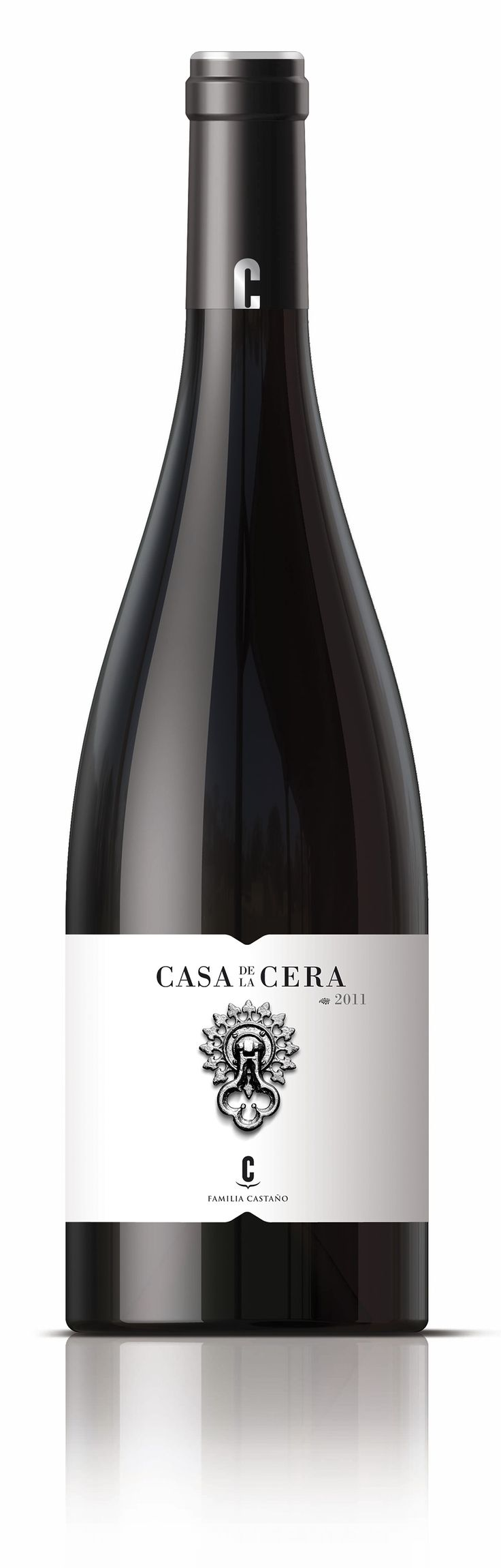 Casa de la Cera es un vino selecto que debe su nombre a una de las fincas de la familia Castaño. Un diseño conceptual, con el picaporte como protagonista, invitando a su degustación. #bogegascastaño #wine #winepackaging #spanishwine #girafadigital #design