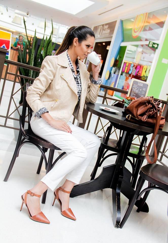 O branco e o bege são ideais para quem busca sofisticação. O look escolhido pelas produtoras de moda Juliana Cintra Mercadante e Andrea Gappmayer é ideal para ocasiões formais. A jaqueta de couro é da M. Officer. #FashionSSJ #Looks