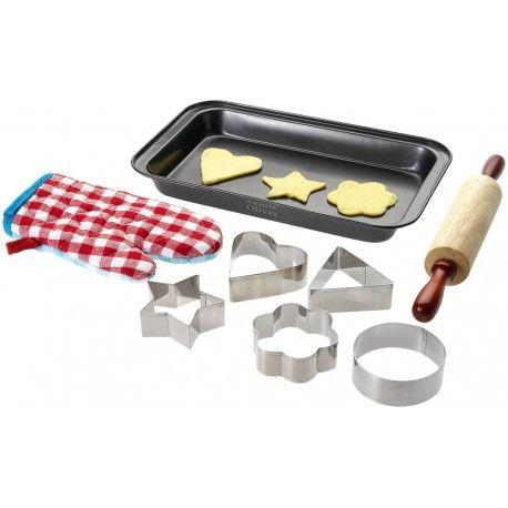 Set pentru prajituri Jamie Oliver pentru copiii. Setul contine 5 forme pentru taiat prajituri, tava tratata pt a nu se lipi prajiturile, facalet din lemn si manusa din bumbac.Ambalat in cutie cadou Jamie Oliver. Exclusive design. Dimensiune forme: aprox. 7 cmDimensiune tava: 28.5x17.2x3.4cm