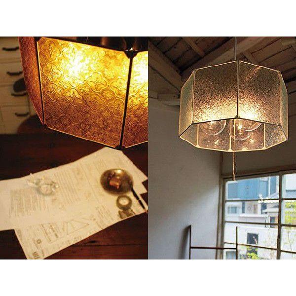 斬新なデザインから自然素材を生かした温かみのある照明器具まで幅広く展開する【Kishima】キシマのペンダントライト。〜Kishimaの・・・amシリーズ〜フィリピンのセブ島で職人の手によって丁寧に手作りされた照明です。伝統的な模様入りのガラスからこぼれる光がお部屋全体を優しく照らします。繊細なガラスとアイアンが織りなすアンティークな雰囲気。合計300W相当の明るさで、約8畳前後のお部屋に最適です。プルスイッチ(紐)対応で明るさの調節も可能です。合計300W相当で明るさも確保しました。ダイニングテーブルやリビングの主照明としてもおススメです。※LEDや電球型蛍光灯にも対応可能です。【サイズ】W375×D375×H180c(mm) 全高:680(mm)【カラー】クリア、アンバー【材 質】ウォールナット、スチール【仕 様】E26 100W相当(21W)電球形蛍光灯(電球色)×3個付きプルスイッチ(紐)対応(灯⇒2灯⇒1灯⇒消灯)コード収納フレンジ付 ワンタッチ取り付け重量:1.9kg【送 料】無料(北海道、沖縄、離島は別途中継料が必要です)