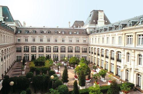 Choose the Crowne Plaza Paris-Republique hotel for traditional Haussmann architecture, minutes from Montmartre and historic Le Marais.