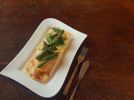 Naleśniki ze szparagami i kozim serkiem są idealną propozycją na lekkie śniadanie lub kolację. Spróbuj!