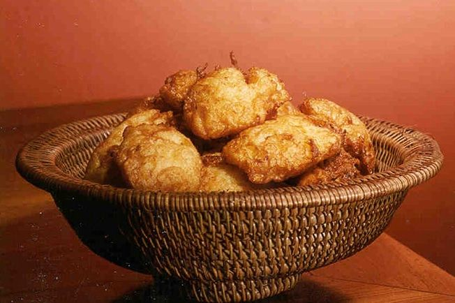 Preparado com batatas, esta tradicional receita judaica não pode faltar no Chanucá, a Festa das Luzes. Vegetarian Recipes, Snack Recipes, Snacks, Tapas, Pasta, Portuguese Recipes, Hanukkah, Cauliflower, Muffin