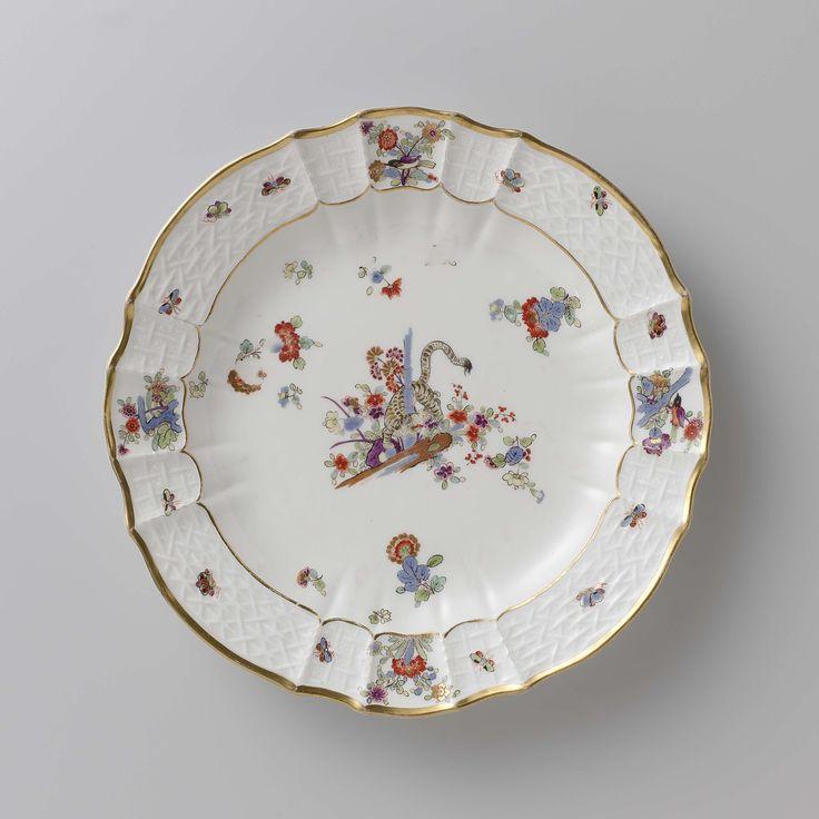 Meissener Porzellan Manufaktur | Rond bord, veelkleurig beschilderd met een Kakiemon-decor, Meissener Porzellan Manufaktur, c. 1740 - c. 1745 | Rond bord van beschilderd porselein. Het bord is geribd en heeft een geschulpte rand. Het bord is beschilderd met een tijger die om een blauwe bamboestengel tussen bloemen is gedraaid, gestrooide Indianische Blumen, vlinders en takken waarop vogels. De rand is versierd met het 'Altbrandenstein'-patroon. Het bord is gemerkt.