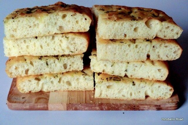 Focaccia con farina di semola, ultra soffice, ottima da imbottire come tramezzino.  Ricetta: http://pandipane.blogspot.it/2013/07/focaccia-con-semola-rimacinata-morbida.html
