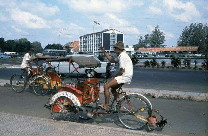 Becak, 1968 dengan latarbelakang gedung Kedutaan Inggris