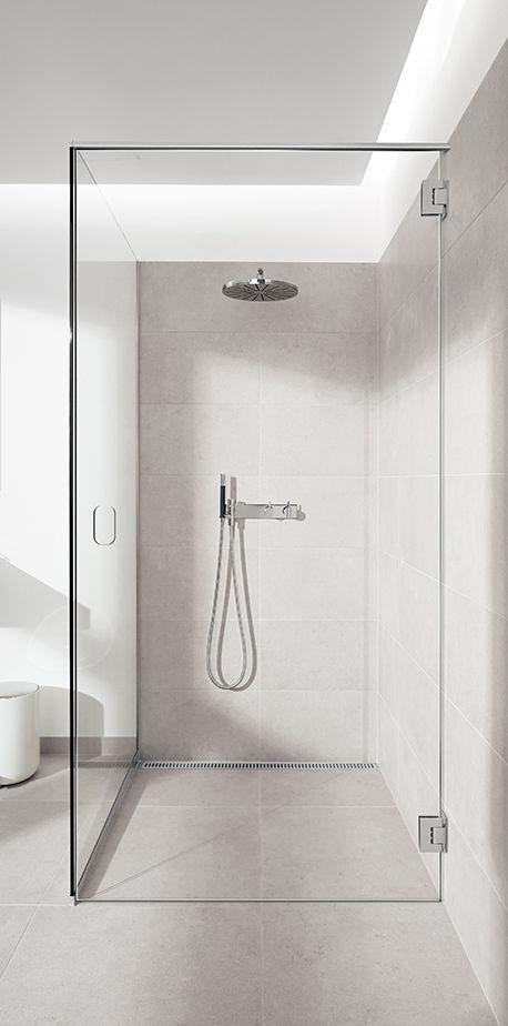 Badeværelse med en smuk glasvæg monteret uden nogle synlige beslag eller skruer. Elegant dørløsning uden greb. unidrain® GlassLine
