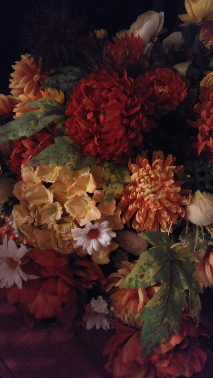 A guest told me that these silk flowers all in autumn colours in my living room look like a museum painting!!