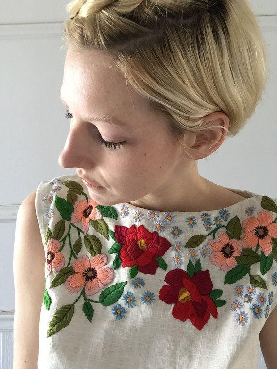 Tapa del tanque de lino hecha a mano Tamaño 6, con revestimiento de tapa costura detalle, dardos francesa y escote (sin forro) Encierro de la cremallera hacia abajo del centro de la espalda Bordadas con flores