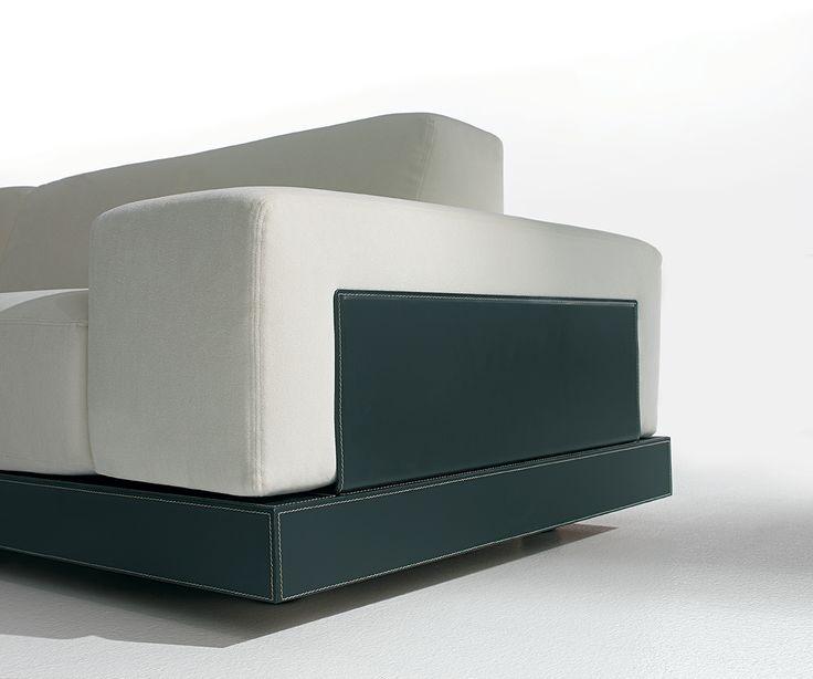Divano OPEN: 2007 Cliente: Luxform Divano interamente sfoderabile, i cuscini di seduta, spalliere e braccioli in poliuterano espanso sono contenuti da una struttura componibile rivestita in ecocuoio. [[MORE]]