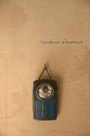 on gardait toujours à portée de main une lampe de poche avec sa grosse pile plate. Les coupures de courant étaient plus fréquentes