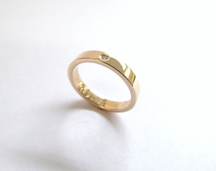 Sutil argolla en oro amarillo con un pequeño diamante que realza la elegancia de esta pieza, escoje tu diseño nosotros lo fabricamos R881 #duranjoyerosbogota #joyeria #joyasbogota #hermosasjoyas  #argollasdematrimonio #argollas #oro #hechoamano #matrimonio #novios #compracolombiano #Colombia #gold  #handmade #jewelry #fabricaciondejoyas #renovamostujoyero #Fabricaciondejoyasenoroyplatino