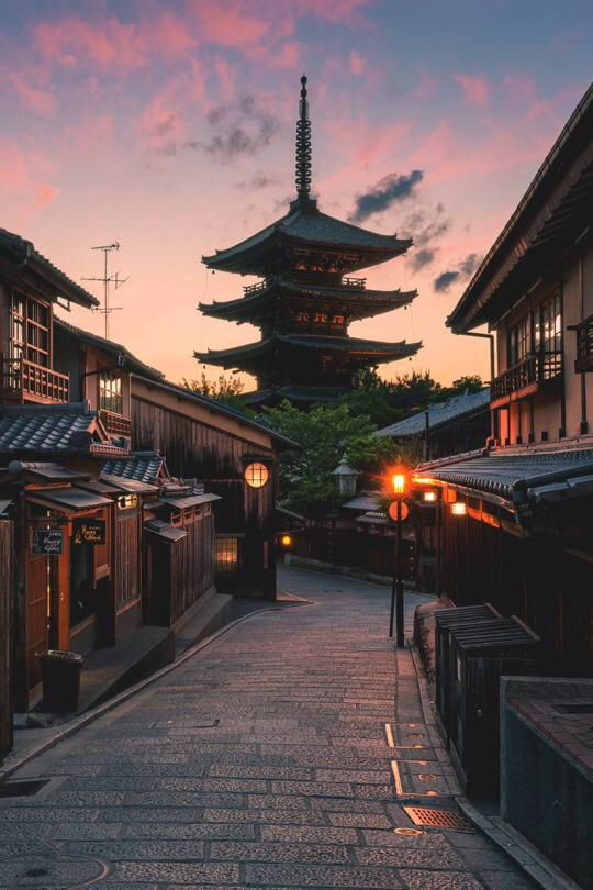 Kyoto at dusk of Japan, five story pagoda is visible beyond. 京都の夕暮れ, 五重塔。日本