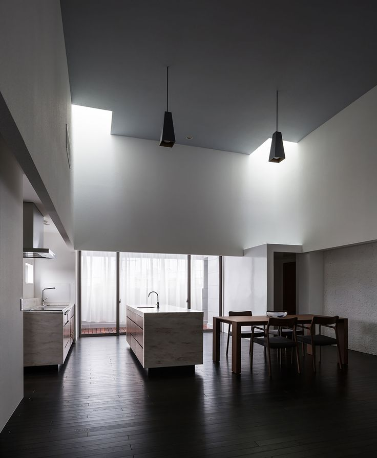 all photos(C)Yoshihiro Asada フォルム・木村浩一建築研究所が設計した、滋賀県草津市のオフィスビル・ゲストハウス「COMPLEX」です。 この建物は、交通量の多い幹線道路沿いにあり周辺は、商業施設や集合住宅が過密に立ち並んでいる。 建物は、企業のオフィスビルとして計画され、1 階はガレージ、2階はオフィス、3、4階はゲストハウスの機能を併せ持つ4層で構成されている。 ※以下の写真はクリックで拡大します                              以下、建築家によるテキストです。 ********** この建物は、交通量の多い幹線道路沿いにあり周辺は、商業施設や集合住宅が過密に立ち並んでいる。 建物は、企業のオフィスビルとして計画され、1 階はガレージ、2階はオフィス、3、4階はゲストハウスの機能を併せ持つ4層で構成されている。 ラフな鋼板で仕上げられたファザードのソリッドな壁は、建物の重量感を高めているが、入念に計画された開口部の位置によって軽快な外観に仕上げている。…