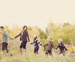 Photography / active pose for family with young kids