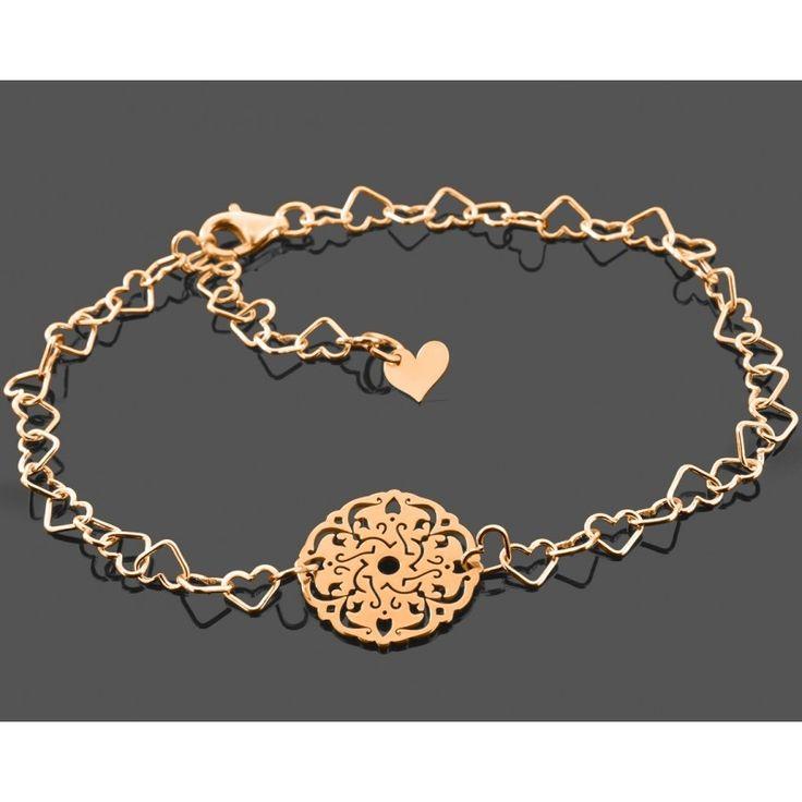 Ein wunderschönes Armband mit Herzgliedern aus 925 Sterling Silber. In das Armband wurde ein schöner Ornament / Mandala Anhänger aus 925 Sterling Silber eingefasst. Die Armbandlänge kann dank der Herzglieder einfach angepasst passt werden. Das Armband wird in Juwelierqualität hochwertig rosé vergoldet.
