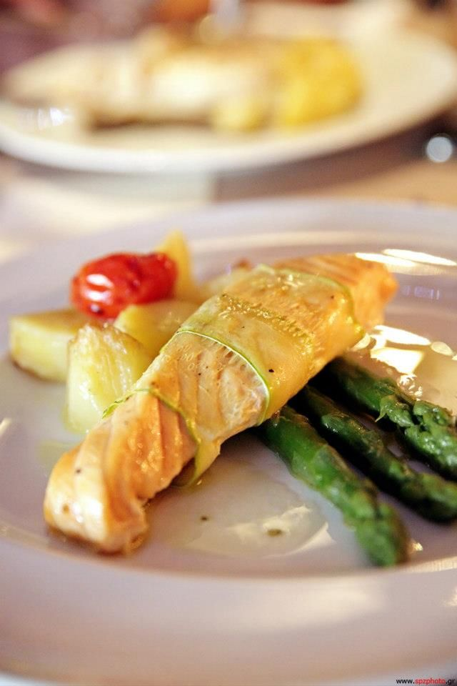Spicybites catering - Salmon fillet in zucchini slices and grilled asparagus, with lemon drops.