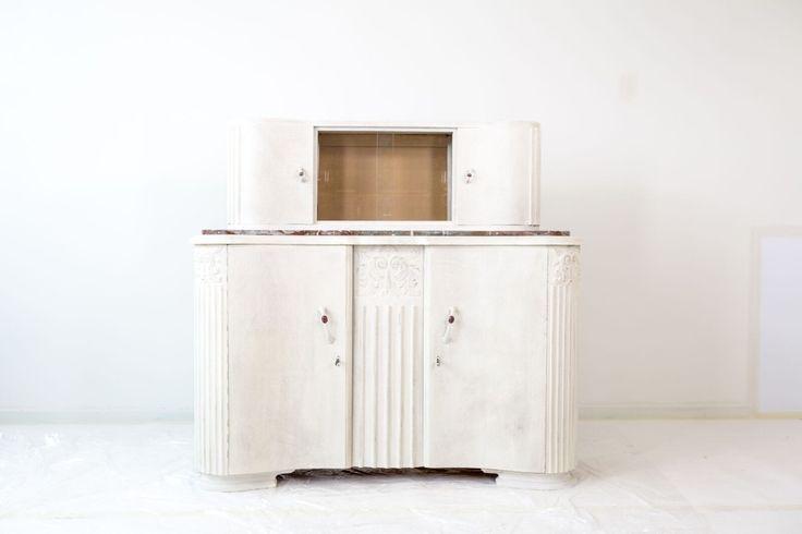 KRIJTVERF | Eerst is deze kast behandeld met een grondverf - Wil je weten hoe je je meubel stapsgewijs kunt opknappen? ga naar onze website www.colora.nl > advies > stap voor stap > doorschuurtechniek met mystique #krijtverf #DIY #meubelopknappen