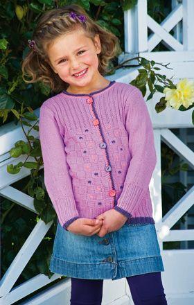 Den søde pigetrøje er strikket i et nemt rudemønster med brede ribkanter