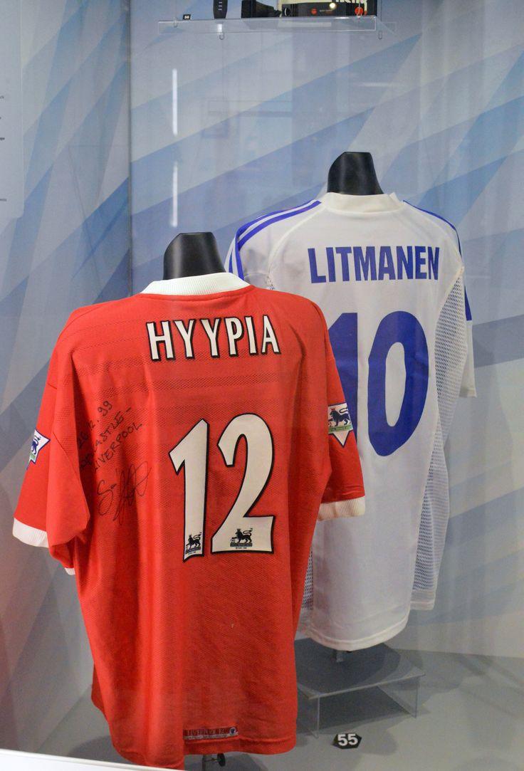 Sami Hyypiän (s. 1973) Liverpoolin pelipaita on vuodelta 1999. Numero 12 säilyi Hyypiän paidassa kaksi kautta. Kauden 2001-2002 käynnistyessä Sami sai paitaansa tutun numeron 4, jolla hän pelasi Suomen maajoukkueessa yli 100 maaottelua.  Jari Litmanen (s. 1971) on kaikkien aikojen paras suomalainen jalkapalloilija. A-maaotteluita Litmaselle kertyi vuosina 1989-2012 yhteensä 137 ja hän teki niissä 14 maalia. Esillä oleva kymppipaita kuului Suomen joukkueen edustusasuun vuonna 2004.