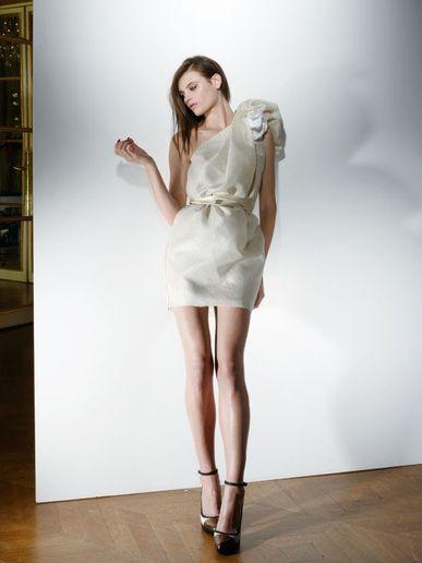 ランバン アルベール・エルバスが手がける「コレクション・ブランシュ」。シルクやモスリンなどの最高級の素材を使った、大人の遊び心あふれるモードなドレスはランバンならでは。