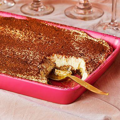 """Tiramisu är en klassisk italiensk dessert. Namnet betyder """"pigga upp mig"""" och det gör den verkligen skäl för. Täck kaffedoppade savoiardikex med den lenaste krämen gjord på ägg, mascarpone, mandellikören amaretto och socker. Pudra över kakao och hugg in!"""