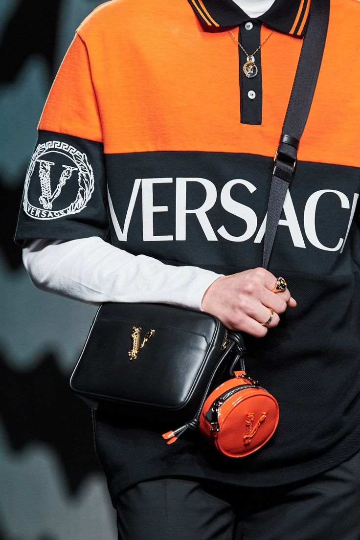 Versace Fall 2020 Ready-to-Wear Collection - Vogue Fashion Bags, Fashion Show, Mens Fashion, Vogue Paris, Crossbody Clutch, Gianni Versace, Mannequins, Stylish Outfits, Stylish Clothes