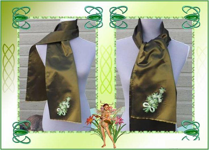 Echarpe en taffetas moiré bronze aux fleurs appliquées vertes