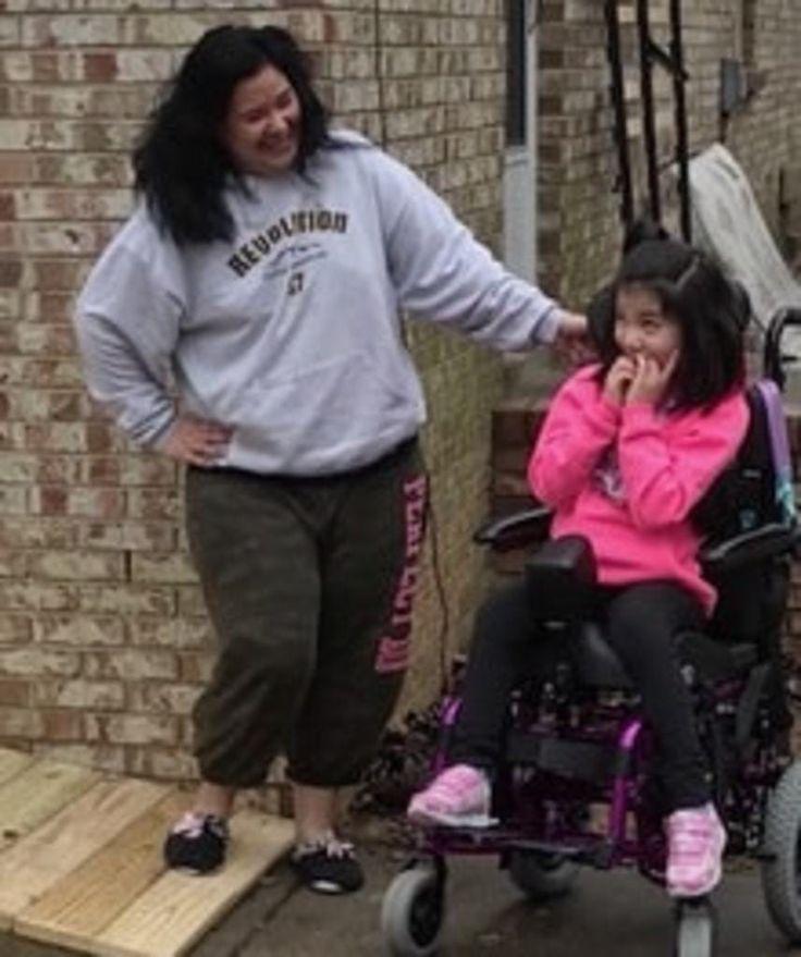Best of Web Motorista de ônibus constrói uma rampa após ver a dificuldade que uma mãe enfrentava ao levar a filha em uma cadeira de rodas para dentro de casa