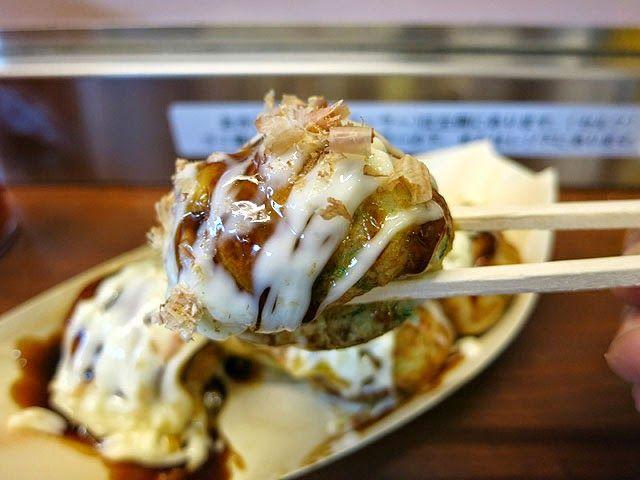 大阪梅田駅のたこ焼き屋「はなだこ」 生タコの味と食感が絶品