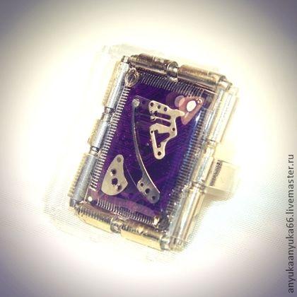 Перстень из серии `ДиджиталЪ`  Фиолетовое зеркало. Перстень из серии 'ДиджиталЪ'  Фиолетовое зеркало Из фиолетовой микросхемы. Вокруг рамка,как в зеркале. Нежные, утонченные часовые детали.