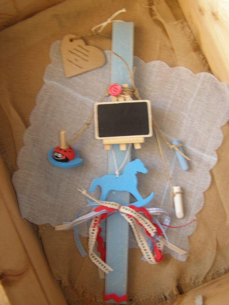Νιώθεις ακόμα παιδί??? Πλακέ αρωματικό σαγρέ κερί με ξύλινη σβούρα πασχαλίτσα, ξύλινο κρεμαστό αλογάκι-καρουζέλ με πολύχρωμο φιόγκο και mini μαυροπίνακα με κιμωλίες !
