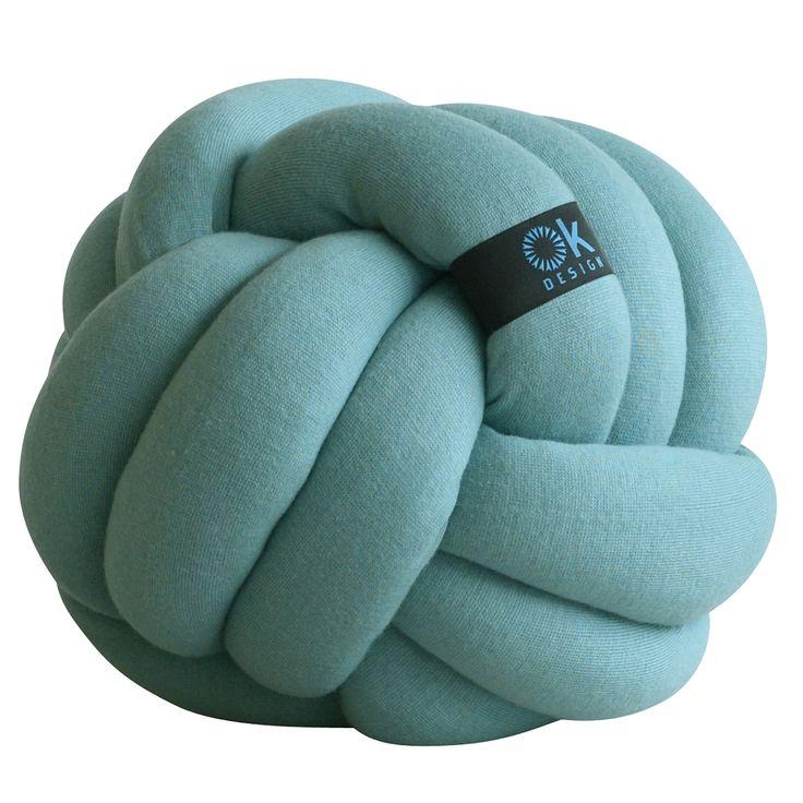 Articolo: OKDESIGN2503_Parent skuCon la sua inconfondibile forma a gomitolo, Chango e' un cuscino giocoso e accogliente realizzato con tubi annodati di ottima qualita'. Il materiale e' un mix di cotone, viscosa, nylon, cashmere e angora, con imbottitura in poliestere. Chango e' un cuscino di design pensato da Ok Design per il tuo relax in casa: sul divano, sul letto, sulla sedia o in terra, questo cuscino d'arredo ti avvolgera' in un abbraccio di morbidezza. Perfetto anche come originale…