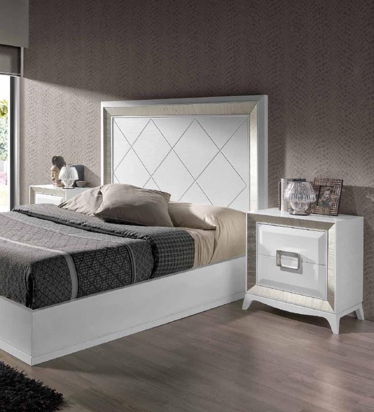 dormitorio compuesto por cabecero blanco molduras cava mesita blanca