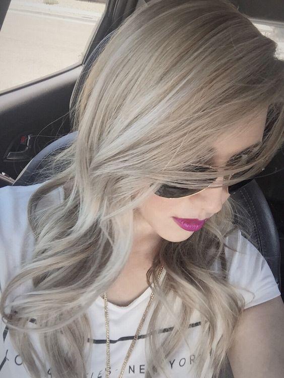 Si seguís nuestro blog, ya sabréis que una de las tendencias de cabello de este año es teñirlo de rubio ceniza. Si quieres darle un toque diferente a tu pe
