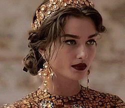 She reminds me of the Queen Elara  #redqueen