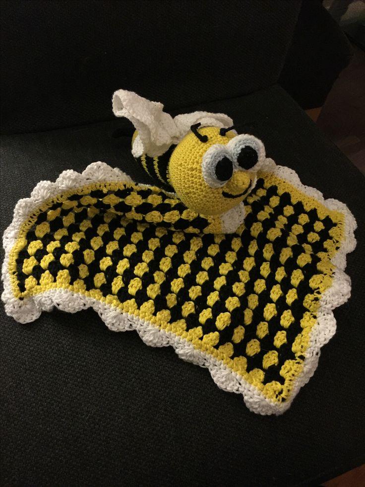 Crochet babyblanket with bumblebee. Grannystripes